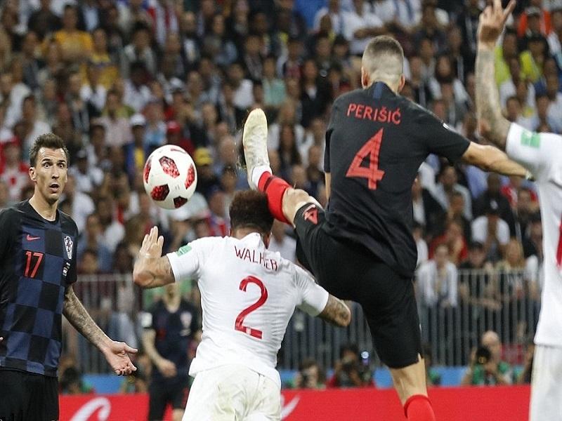 Lỗi cao chân trong bóng đá là gì