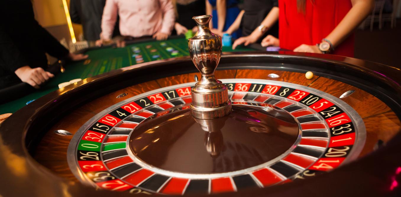 Cách chơi Roulette là dự đoán xem quả banh sẽ dừng lại ở con số nào của vòng quay