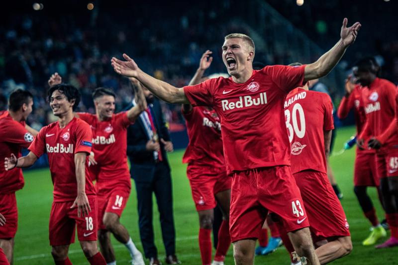 Meta: Nhận định soi kèo Brondby – Salzburg cho rằng với phong độ thi đấu cực tốt của đội bóng Salzburg nên khả năng giành chiến thắng là rất cao. Xem ngay! Nhận định soi kèo Brondby – Salzburg vào 2h00 ngày 26/8/2021 cực chuẩn Đội bóng Salzburg sẽ có một chuyến làm khách trên sân của đội bóng Brondby trong trận lượt về vào 2h00 ngày 26/8/2021 của vòng loại Champions League. Trong thời điểm hiện tại mục tiêu chiến thắng vẫn luôn là điều mà cả hai đội đều đang hướng tới trong trận đấu này. Để có thể tìm hiểu chi tiết về trận đấu hay soi kèo Brondby – Salzburg thì hãy cùng Yes8vn đọc bài viết dưới đây nhé! Tỷ lệ soi kèo Brondby – Salzburg – Châu Á Đội bóng Salzburg hiện đang có được phong độ thi đấu vô cùng ổn định trong khoảng thời gian gần đây. Khi đoàn quân của huấn luyện viên Matthias Jaissle đã giành được cả năm chiến thắng sau năm trận đấu gần đây nhất. Trong trận đấu gần nhất của mình, các cầu thủ của Salzburg đã có được một chiến thắng trước đối thủ là Klagenfurt tại giải quốc nội. Tuy rằng phải thi đấu trên sân khách trong trận đấu tới đây nhưng thầy trò huấn luyện viên Matthias Jaissle vẫn có được sự tự tin khi đội bóng Salzburg đang chơi vô cùng ổn định trên sân khách với tổng năm chiến thắng sau năm trận đấu trên sân khách gần đây nhất. Đội bóng Salzburg được nhận định với khả năng chiến thắng cực cao Không những thế, với việc có được lợi thế dẫn bàn trong trận lượt đi nên các cầu thủ của đội bóng Salzburg vẫn đang tự tin hướng tới trận đấu trên đất của Đan Mạch. Trong khi đó, đoàn quân của huấn luyện viên Niels Frederiksen lại đang thi đấu vô cùng thất vọng trong thời gian gần đây khi Brondby đã không giành được chiến thắng nào trong tổng năm trận đấu gần đây nhất. Chính vì phong độ trên sân nhà không tốt trong khoảng thời gian gần đây nên lần tiếp đón các vị khách Salzburg tới đây sẽ là một trong những thử thách vô cùng khó khăn đối với thầy trò Niels Frederiksen. Chọn Salzburg với dự đoán tỷ số trận đấu đó là Brondby 1 – 3 Salzburg. Tỷ lệ soi kèo Brondby